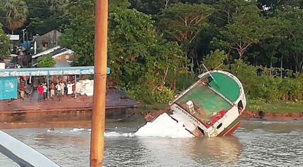 বিষখালী নদীতে সারবোঝাই একটি কার্গো ডুবি